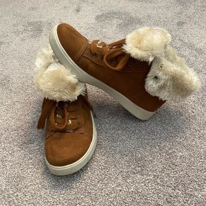 Brown sneakers with fur lining